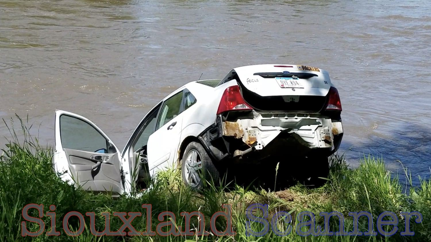 Car goes over embankment and into Big Sioux River