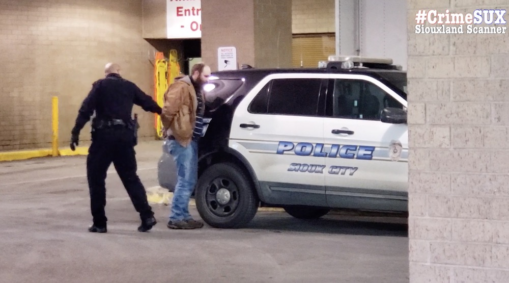 Man arrested blocks away after armed robbery at Iowa Auto Sales in Sioux City